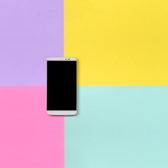 Moderner smartphone mit schwarzem schirm auf beschaffenheitshintergrund