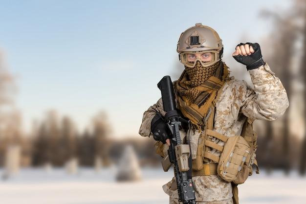 Moderner soldat mit gewehr