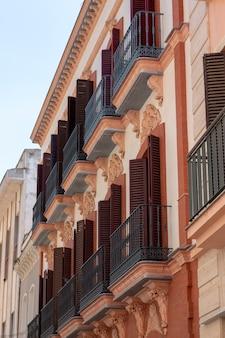Moderner spanischer apartmentkomplex