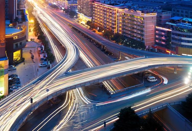 Moderner städtischer viadukt bei nacht