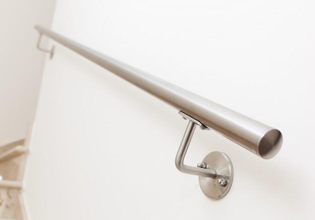 Moderner stahlhandlauf für treppen, innenhaus.