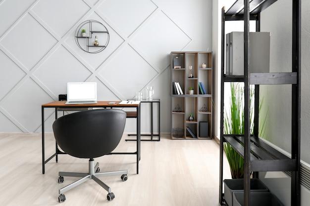 Moderner stilvoller arbeitsplatz mit laptop im büro