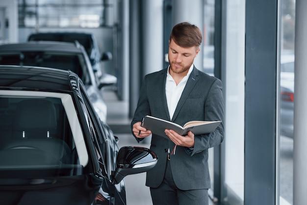 Moderner stilvoller bärtiger geschäftsmann in der automobillimousine
