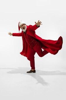 Moderner, stilvoller weihnachtsmann isoliert auf weißem hintergrund