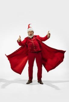 Moderner stilvoller weihnachtsmann lokalisiert auf weißem hintergrund, exemplar