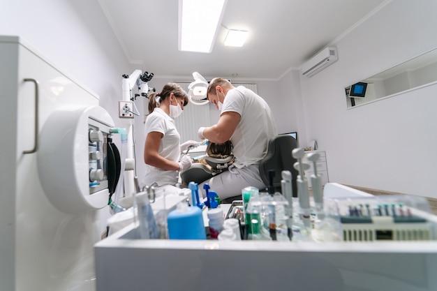 Moderner stomatologie-schrank.