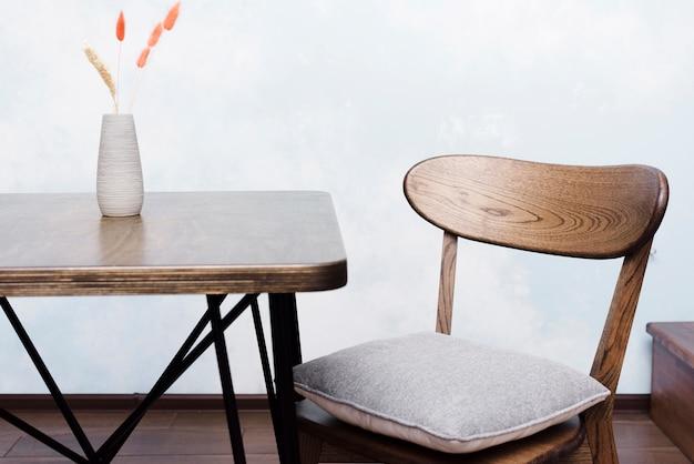 Moderner stuhl und schreibtisch der nahaufnahme