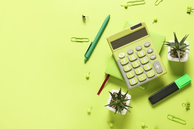 Moderner taschenrechner und briefpapier auf farboberfläche