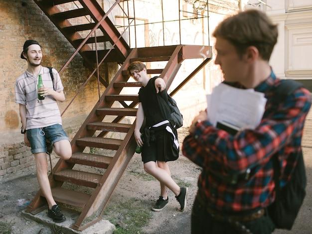 Moderner teenager-lebensstil. geeks gegen minderwertige studenten opposition. alkohol trinken schlechte gewohnheiten. spottkonzept