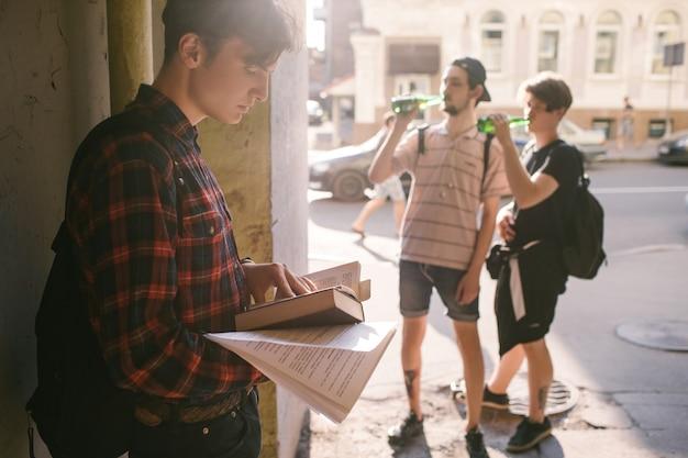 Moderner teenager-lebensstil. geeks gegen minderwertige studenten opposition. konzept für schlechte angewohnheiten von alkohol