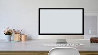 Moderner Tischrechner des Modells auf stilvollem Arbeitsplatz.
