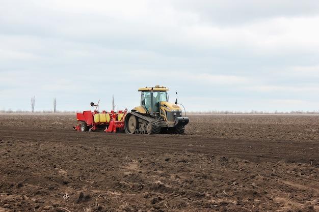 Moderner traktor, der an bodenbehandeltem grubber im fie arbeitet