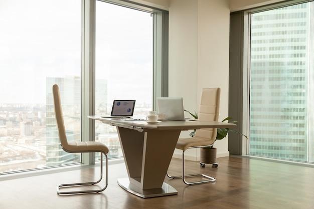 Moderner unternehmensleiterarbeitsplatz im hellen büro