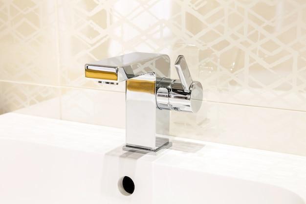Moderner wasserhahn der chromfarbe im badezimmerinnenraum