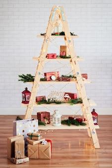 Moderner weihnachtsbaum mit spielzeug und geschenken
