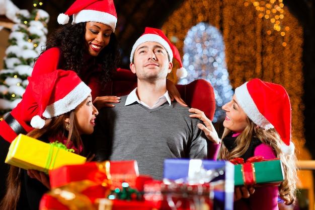 Moderner weihnachtsmann im einkaufszentrum