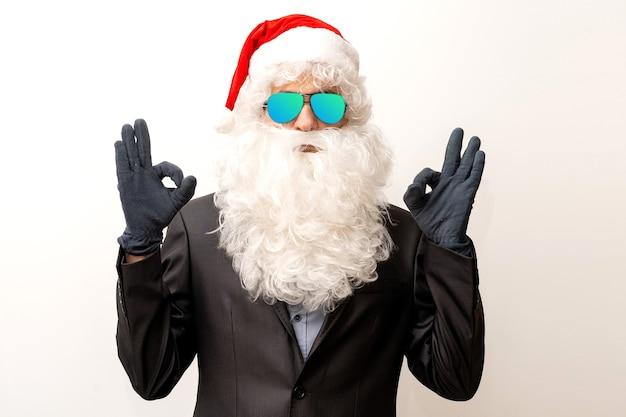 Moderner weihnachtsmann mit sonnenbrille, cooler weihnachtsmann im anzug