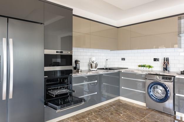 Moderner weißer, beige und grauer küchenluxusinnenraum