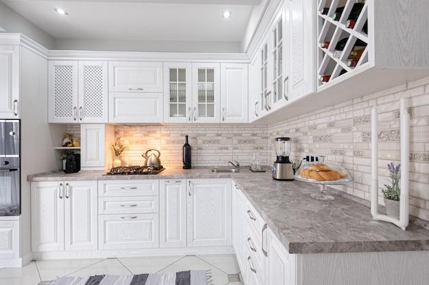 Moderner weißer hölzerner kücheninnenraum