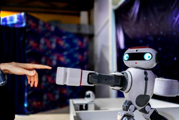Moderner weißer roboterspeak mit menschen