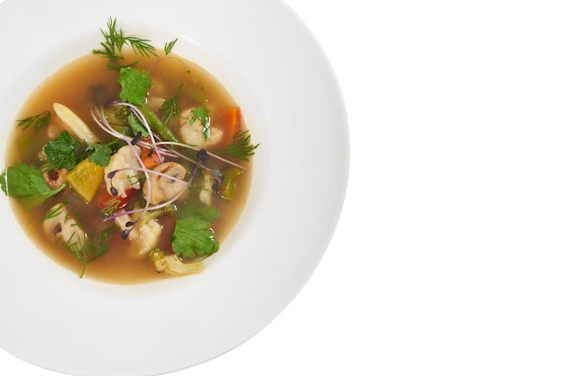 Moderner weißer teller mit köstlicher gemüsesuppe