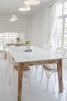 Moderner wohnungs-innenraum mit basis auf weiß