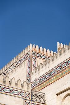 Modernes arabisches artgebäude auf blauem himmel