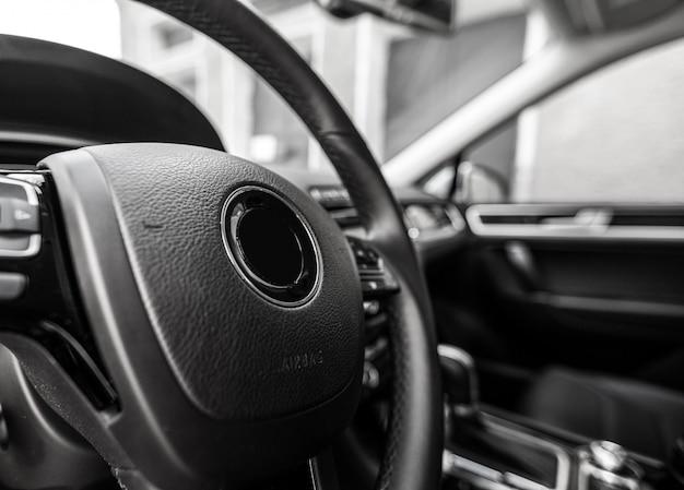 Modernes auto beleuchtetes armaturenbrett und lenkrad