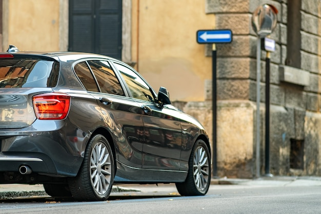 Modernes auto geparkt auf der straßenseite der stadt in wohndiskriminierung.