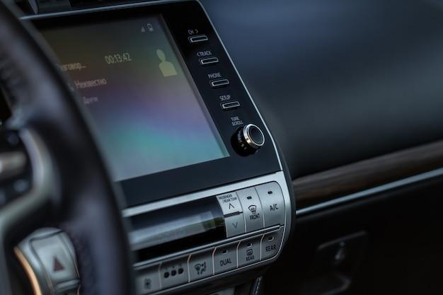 Modernes auto-media-display im innenraum des autos. touchscreen-monitor auf dem armaturenbrett des modernen autos.