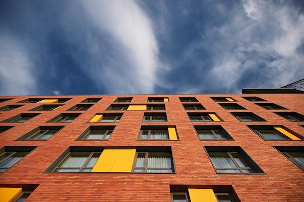 Modernes backsteingebäude unter bewölktem himmel
