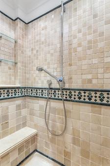 Modernes badezimmer für die hygiene von touristen.