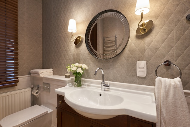 Modernes badezimmerinterieur mit steinmauer