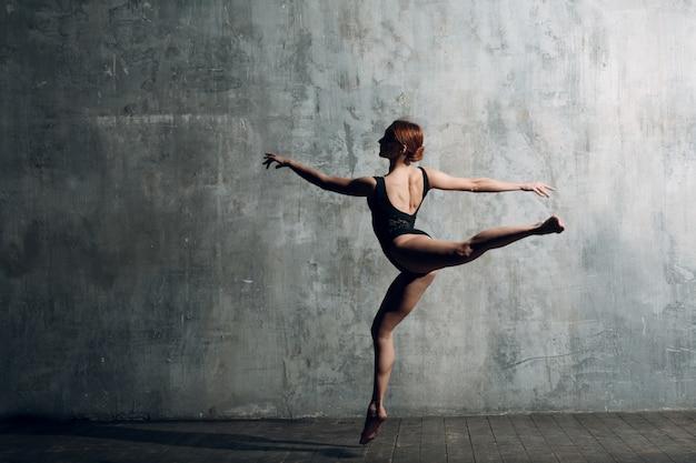 Modernes ballett, tolles design für jeden zweck. balletttänzer ballerina. gleichgewichtstraining. klassischer choreografiestil. schöne tänzer ballerina. klassische musik. eleganter ballettstil.