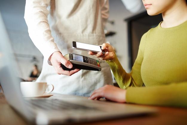Modernes bezahlen mit der smartphone-app