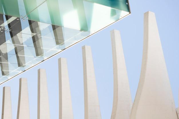 Modernes bürogebäude gegen blauen himmel