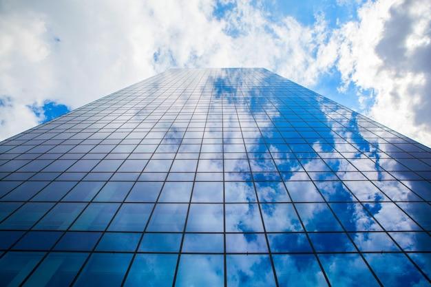 Modernes bürogebäude mit glasfront und himmelsreflexion