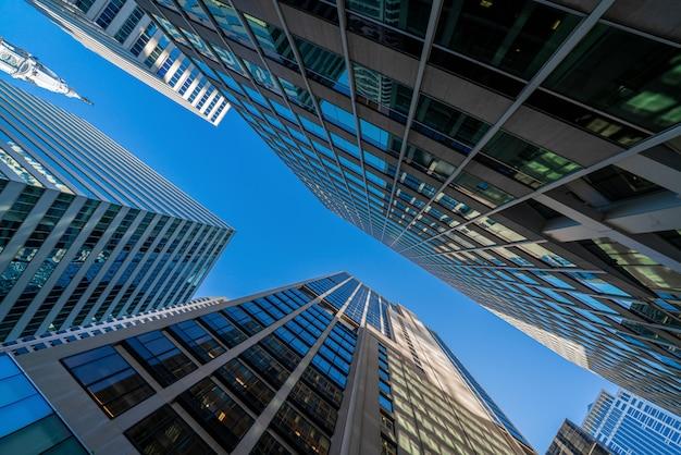 Modernes büroglasgebäudestadtbild unter blauem klarem himmel im washington dc, usa