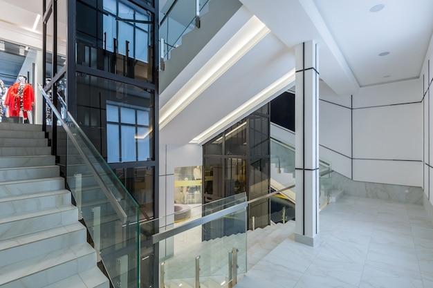 Modernes business center mit flurhalle in weißen fliesen mit marmor