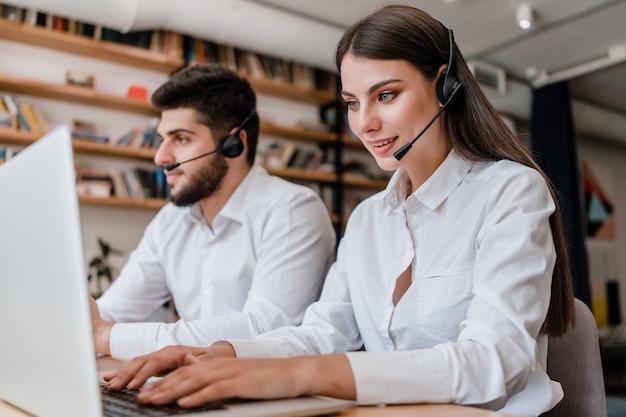 Modernes call center mit verschiedenen mitarbeitern im büro