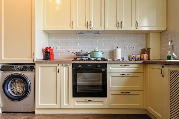 Modernes cremefarbenes kücheninterieur