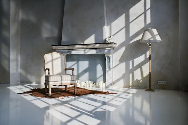 Modernes dachbodenwohnungsdesign, kamin und lehnsessel in der hellen zeichnung vom fenster
