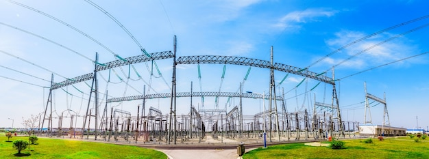 Modernes elektrizitätskraftwerk auf hintergrund des blauen himmels