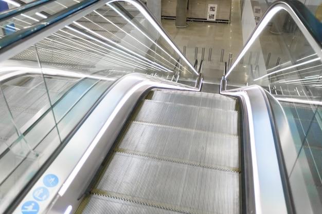 Modernes elektronisches system der rolltreppe, das sich bewegt