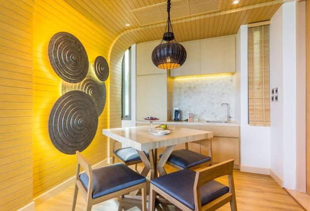 Modernes esszimmer im luxushaus.
