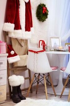Modernes esszimmer mit weihnachtsdekoration