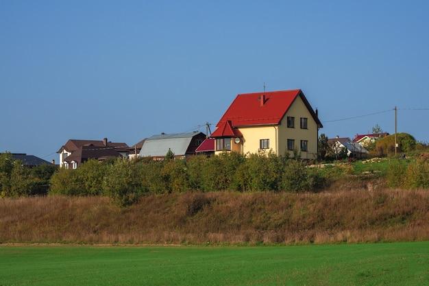 Modernes ferienhaus auf einem grünen hügel