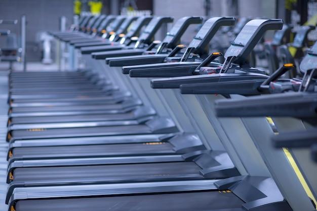 Modernes fitnessstudio mit ausrüstung