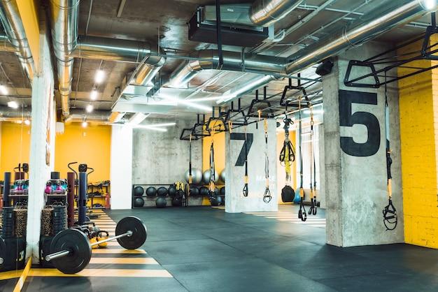 Modernes fitnessstudio mit ausrüstungen