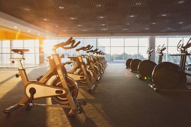 Modernes fitnessstudio mit geräten